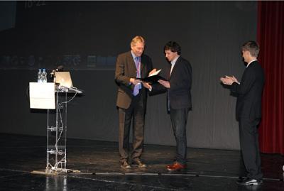Professor Kochmann receiving the Richard von Mises Prize from the President of GAMM Professor Volker Mehrmann.